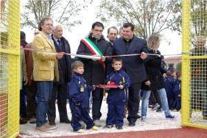 andrenelli-presidente-figc-macerata-e-2-bambini-della-categoria-piccoli-amici-20061-300x200