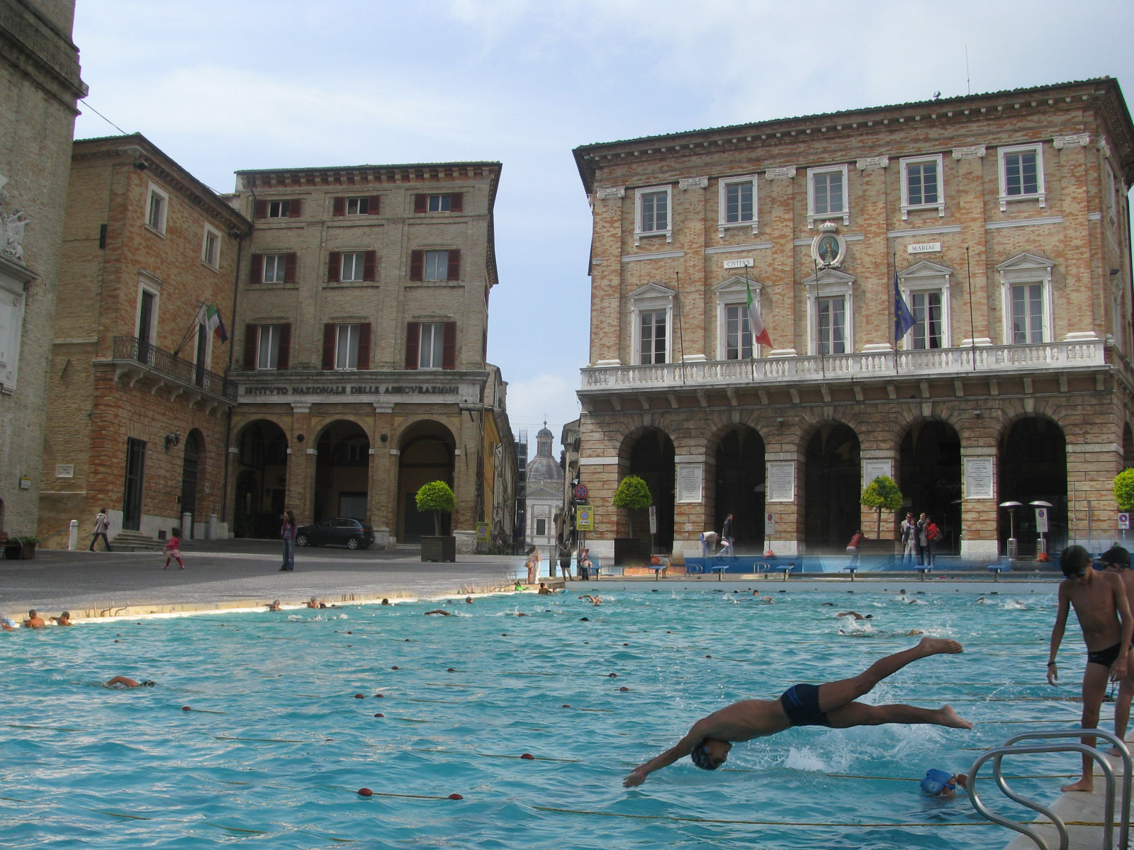 Le piscine a Macerata nel fotomontaggio di Filippo Davoli