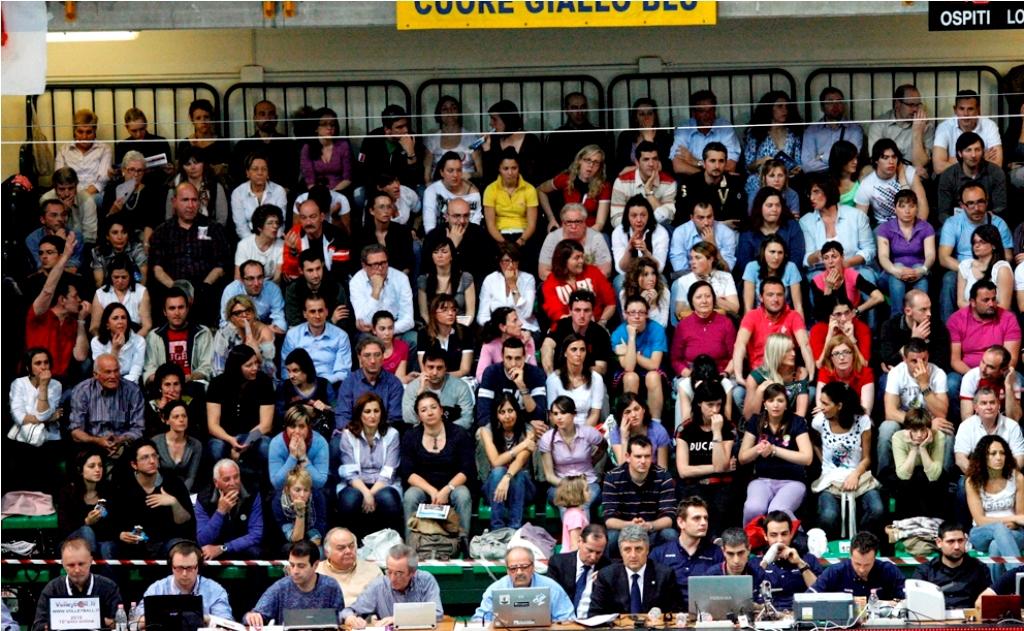Gli spalti pieni durante una partita tra Lube e Trento al Fontescodella