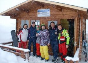 Agenti-di-polizia-con-snowboardisti-salvati-Sarnano-Sassotetto