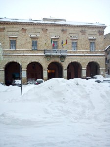Montelupone-Piazza-del-Comune-innevata