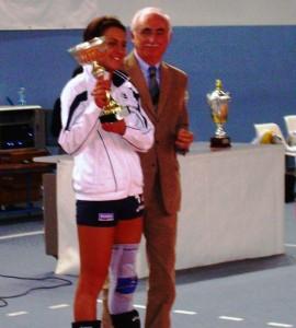 Elisa-Giorgi-riceve-la-coppa-dal-Presindete-Fipav-Brasili