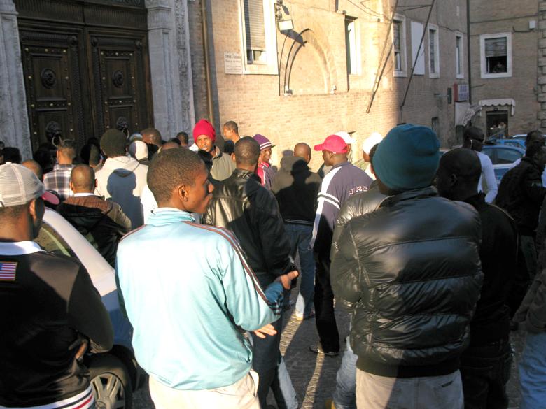 Rifugiati politici in piazza per chiedere il permesso di ...