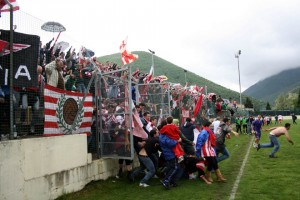 invasione-di-campo-cagliese-maceratese-tifosi
