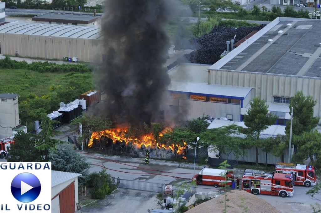 incendio-deposito-gomme-a-Tolentino-0-1024x6811