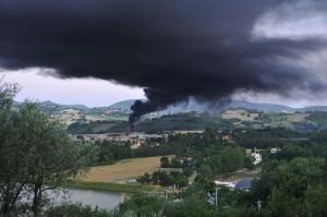 incendio-deposito-gomme-a-Tolentino