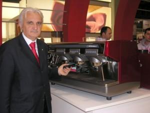 Nando Ottavi con una delle sue storiche macchine da caffè della Nuova Simonelli