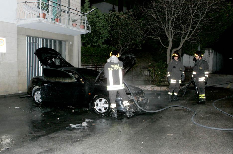 auto-incendiata-21