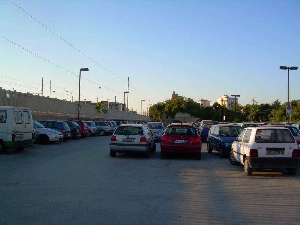 il-parcheggio-a-ridosso-della-ferrovia