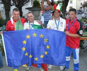 B-I-campionai-dEuropa-Bartolacci-e-Lattanzi-al-centro-mostrano-orgogliosi-la-bandiera-europea