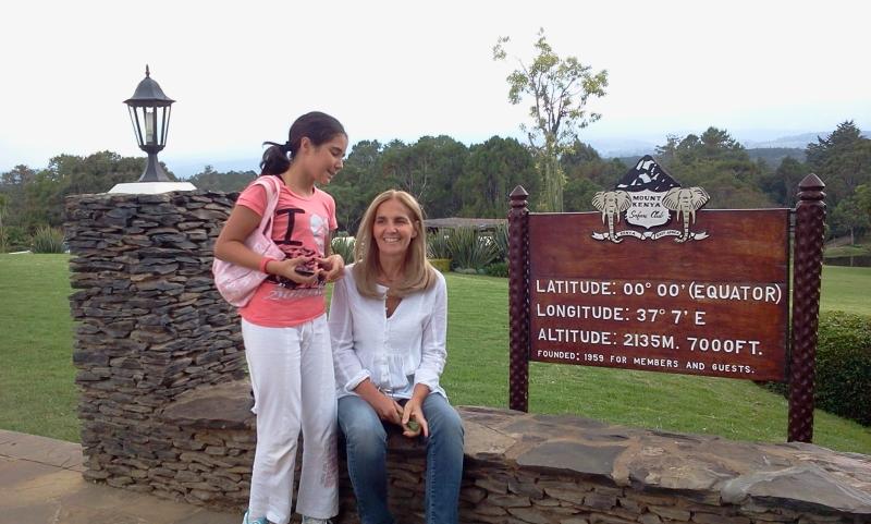 Ines-e-Sveva-Mandrelli-sulla-linea-dellequatore-alle-pendici-del-monte-Kenya