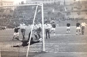 1966-67-Mc-Samb-1-0-Il-gol-vittoria-di-Dugini-300x198