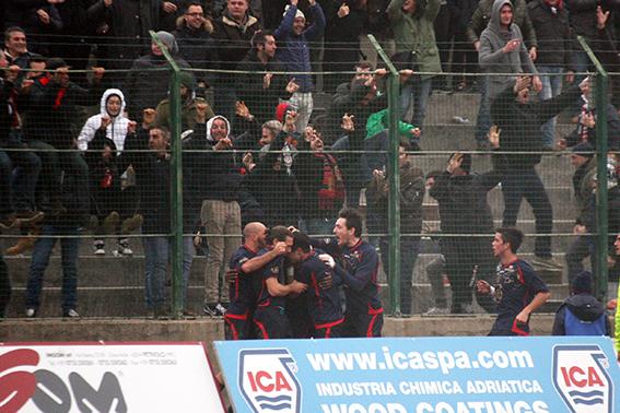 L'esultanza dei giocatori della Civitanovese dopo il gol