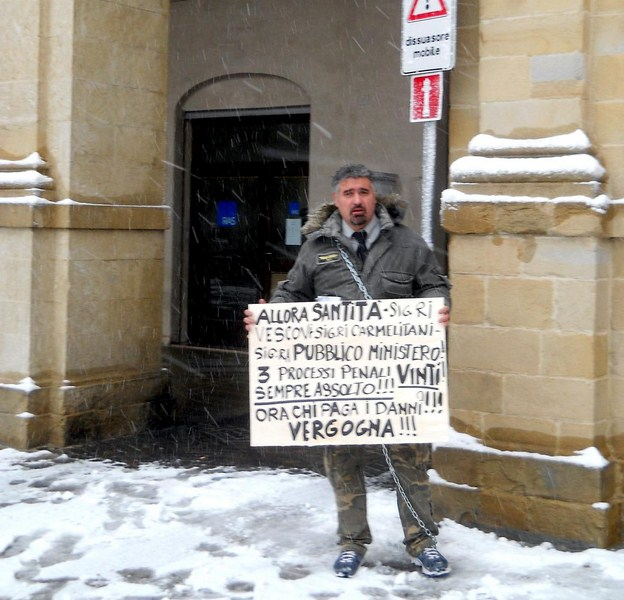 Melchionda incatenato in piazza Duomo a Camerino