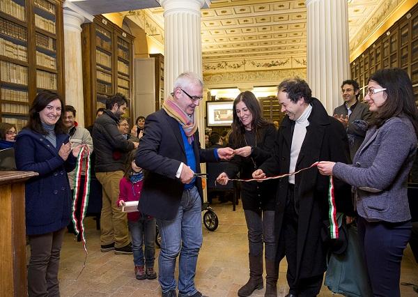 """Il sindaco Carancini e Paola Turci inaugurano l'iniziativa """"Ci Vediamo in Biblioteca"""" nella sala Castiglioni (riaperta dopo dieci anni) della Mozzi Borgetti"""