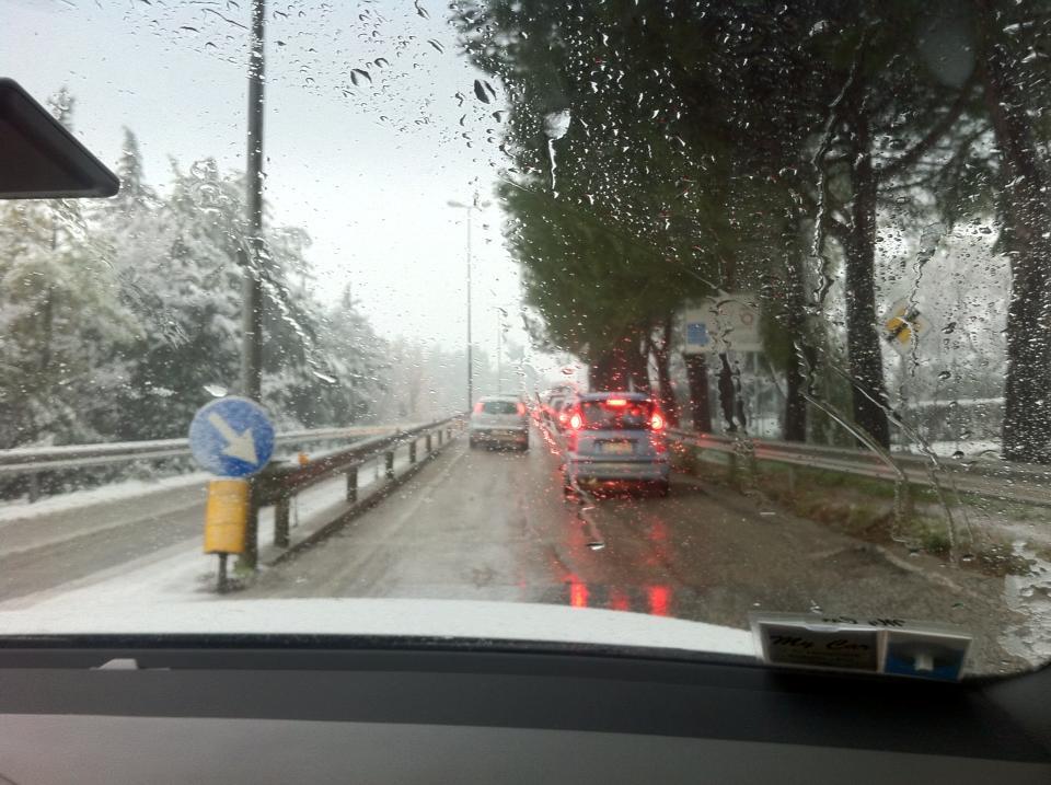 Circolazione difficoltosa in via Mattei a Macerata - Foto di Aldo Tortolini