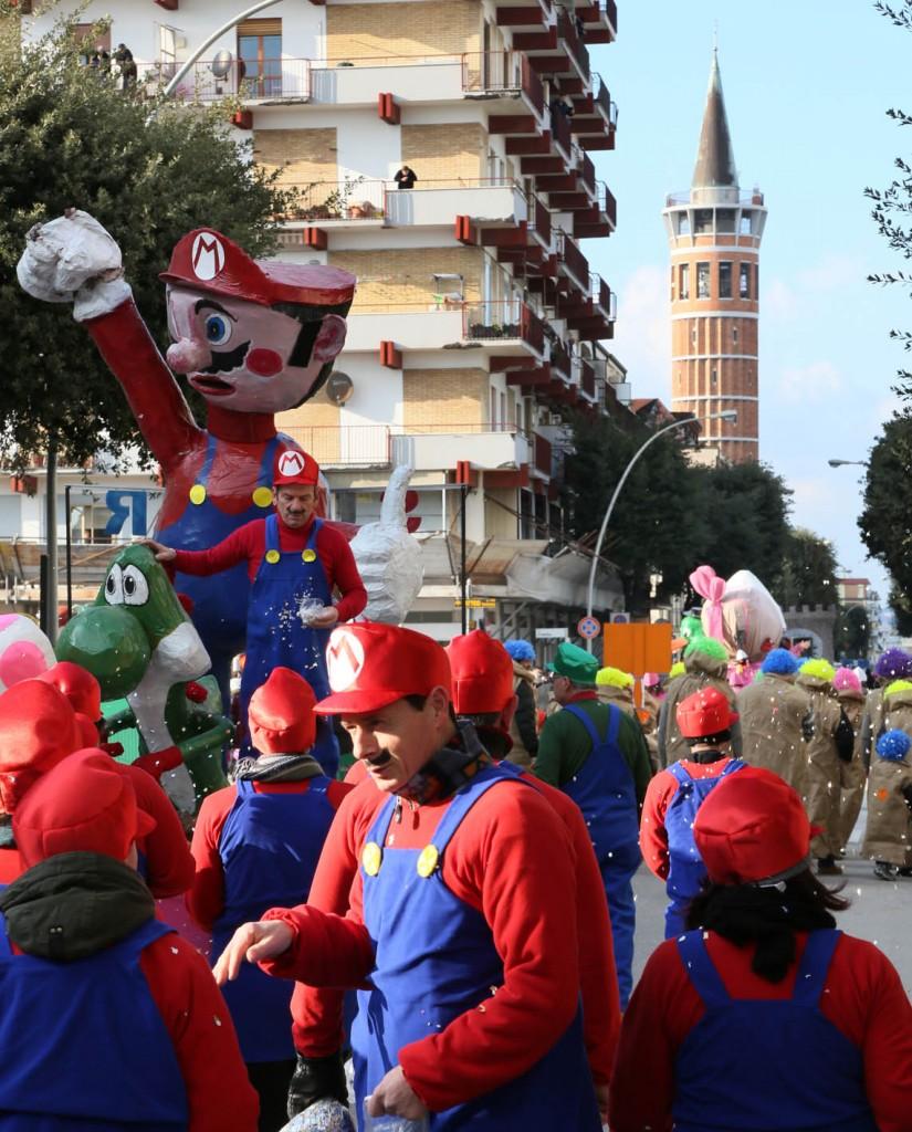 Il gruppo mascherato ispirato a Super Mario. Foto Gasparroni