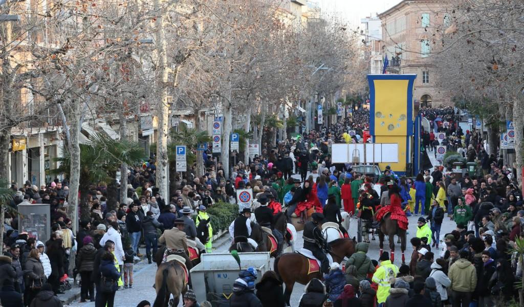 La sfilata dei carri e dei gruppi mascherati lungo Corso Umberto I. Foto Gasparroni