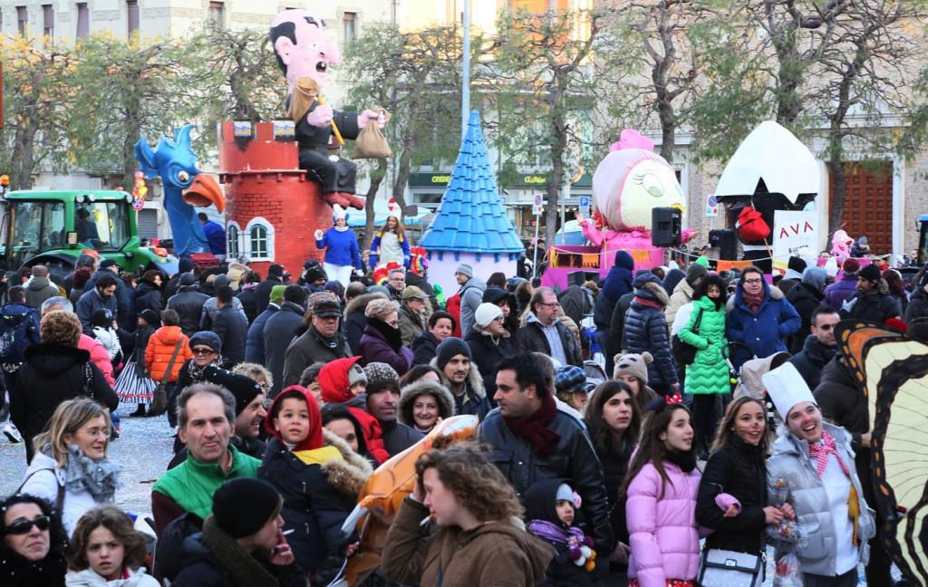 La partenza della sfilata dei carri in Piazza XX Settembre. Foto Gasparroni