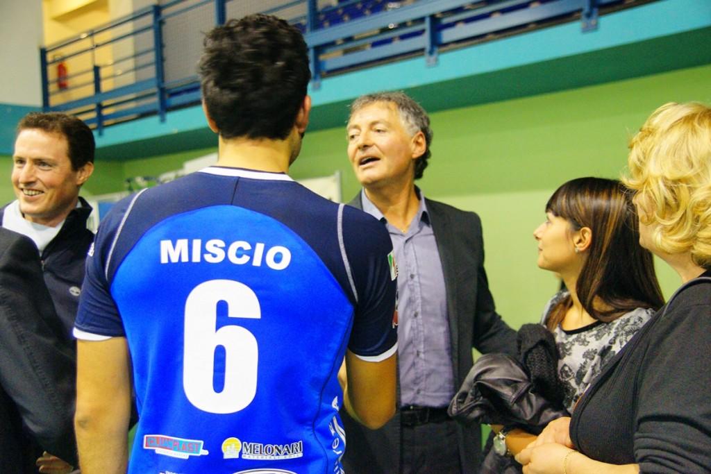 Maurizio-Bernardi-si-complimenta-con-Emanuele-Miscio-dopo-una-vittoria