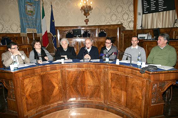 Al tavolo della conferenza a partire da sinistra: Francesco Fiordomo, Nelia Calvigioni, Piero Cesanelli, Antonio Pettinari, Massimiliano Bianchini, Andrea Staffolani e Carlo Carnevali