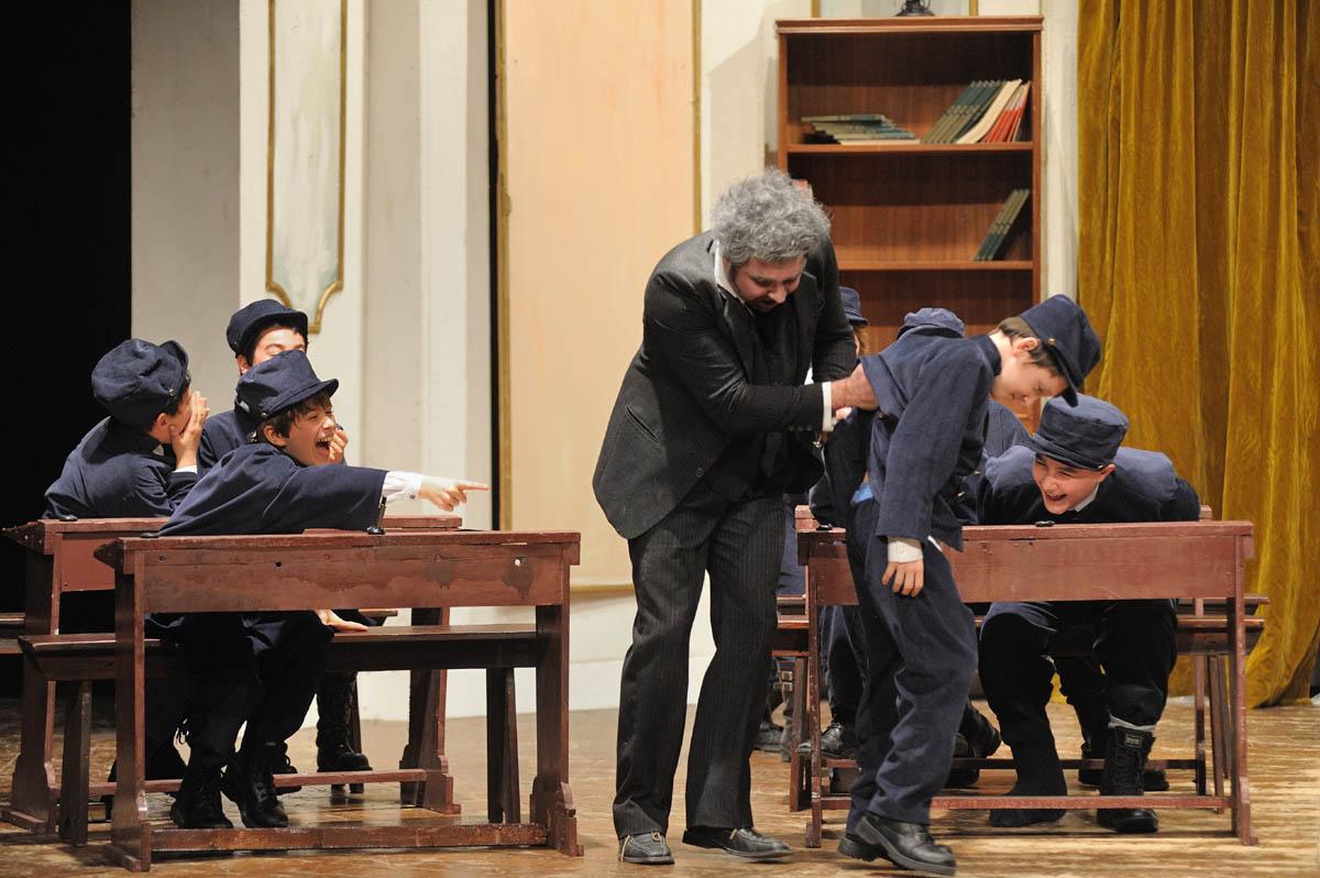 """La compagnia teatrale """"Fuoricopione"""" in Gian Burrasca"""
