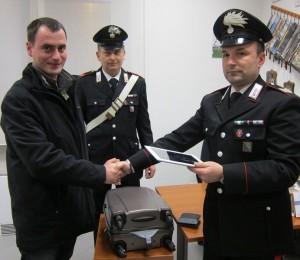 I carabinieri mentre restituiscono la refurtiva al giovane francese